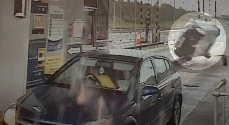 Carro decolou de estrada na Inglaterra e colidiu contra cabine de pedágio