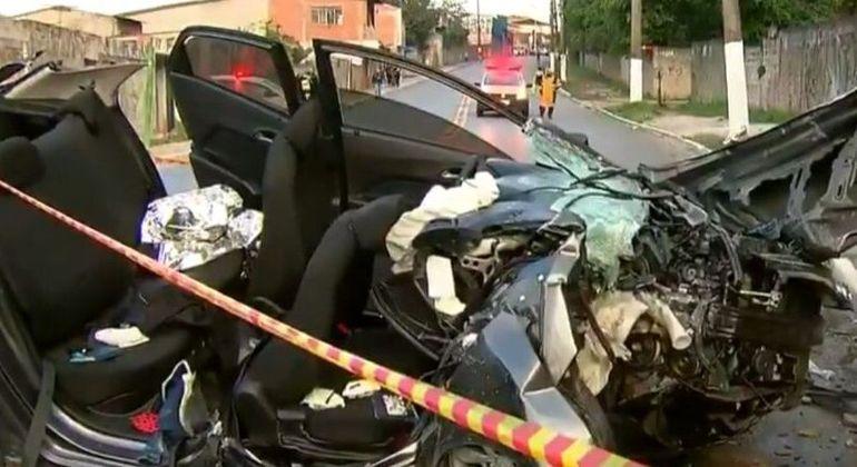 Carro fica destruído após colidir em poste, deixa 2 em estado grave e 2 feridos