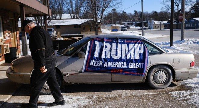 Carro com feixa de campanha pró Trump