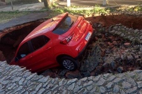 Rua afundou no bairro Santa Tereza, em BH