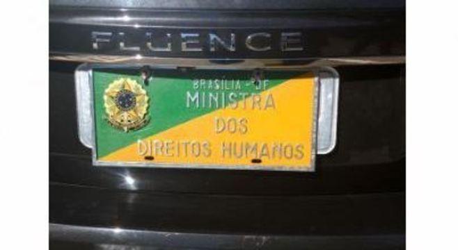Carro oficial usado pela ministra Damares Alves  trava vaga de deficiente