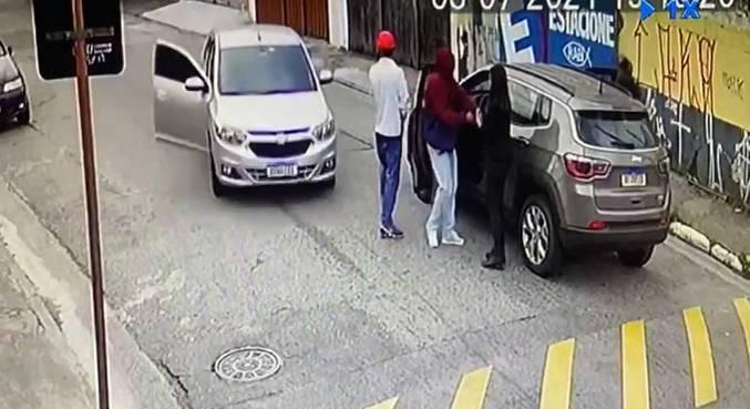 Após o roubo, a quadrilha fugiu e abandonou o carro da vítima