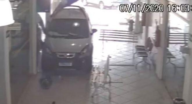 Grade do shopping e a lateral da agência foram danificadas durante o acidente