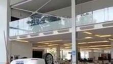 Veículo despenca de 3º andar de loja e atinge funcionárias em SP