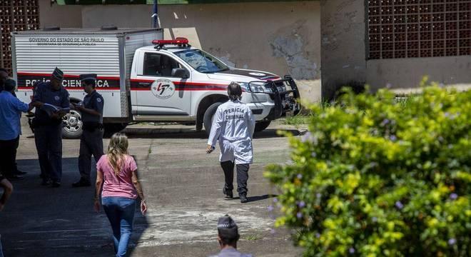 Carro de transporte de cadáveres do IML chega ao local da tragédia, em Suzano