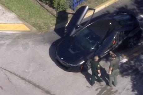 XXXTentancion saía de uma concessionária quando o carro dele foi abordado e o rapper atingido por homens armados