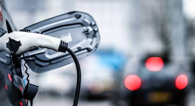 Ir ao aeroporto de carro elétrico pode ser boa saída quando possível, mas o benefício depende da fonte de geração de eletricidade