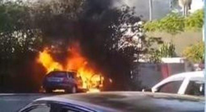 Carro ficou completamente tomado pelas chamas