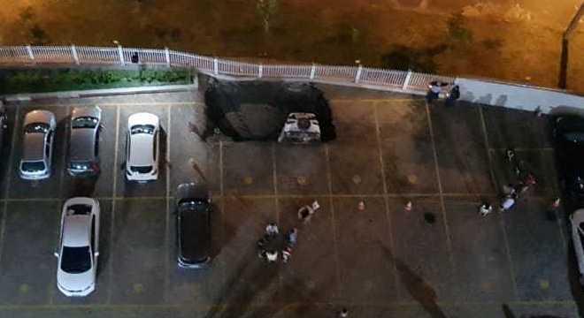 Carro caiu em cratera aberta em garagem