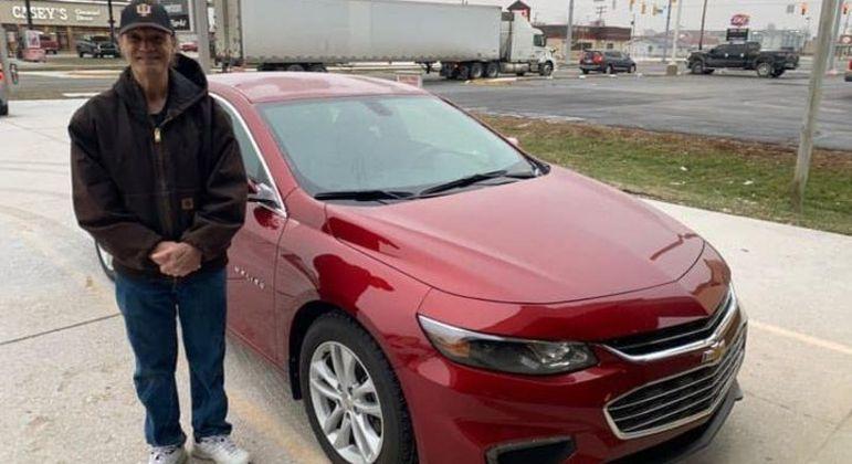 Entregador de pizza ganhou um carro novo da comunidade em que trabalha