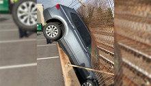 Essa foto ensina perfeitamente como não estacionar um carro
