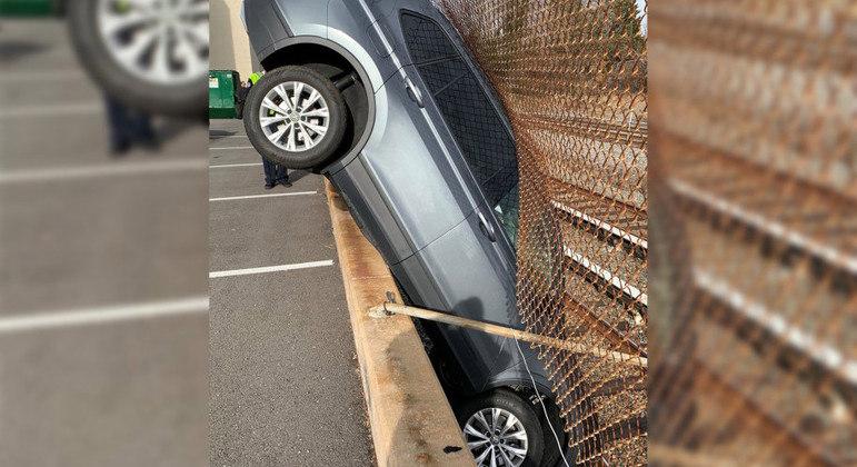 Não tentem isso em um estacionamento, especialmente se tiver uma ferrovia ao lado