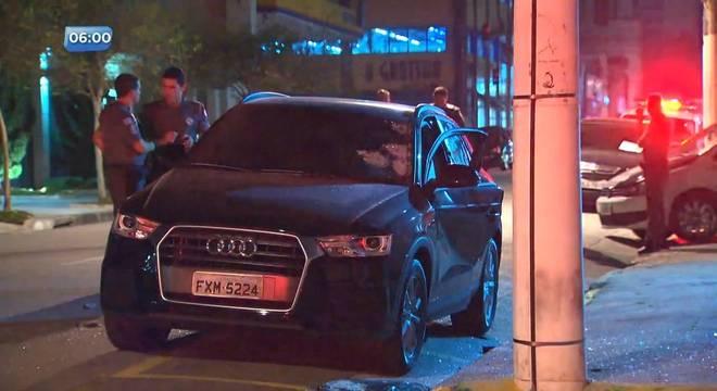 Carro de luxo blindado foi atingido pelo menos 70 vezes com tiros de fuzil