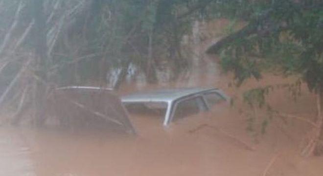 Veículo da vítima caiu no rio e ficou submerso. Três pessoas morreram no total