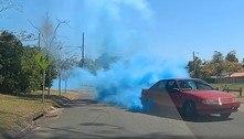 Carro obstrui rua com fumaça azul para revelar gênero de bebê