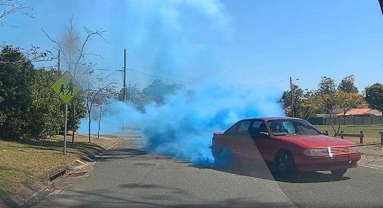 Carro obstruiu rua de Brisbane, na Austrália, com fumaça para revelar gênero de bebê