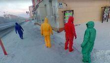 Carro do Google flagra quarteto misterioso com macacões coloridos