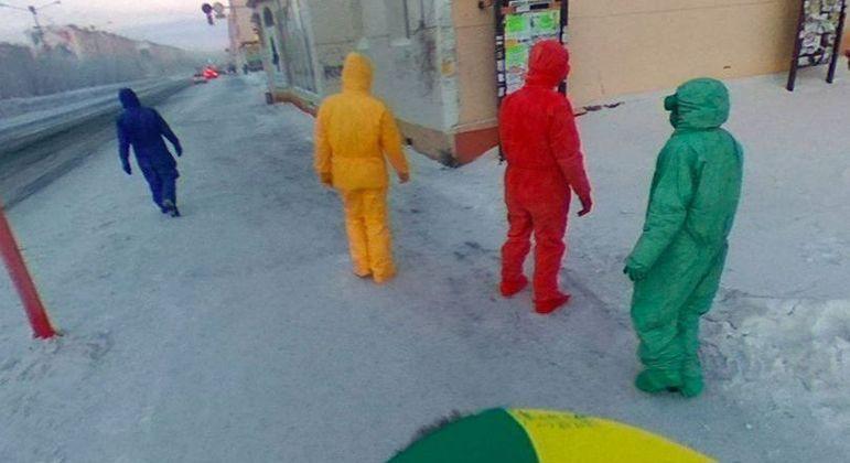 Quarteto com macacões coloridos foi flagrado por carro do Google em Norilsk, na Rússia