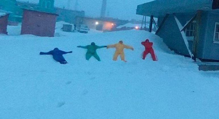 Quarteto com macacões coloridos também foi flagrado em mais imagens do Google