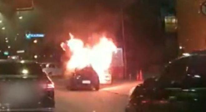 Carro pega fogo em avenida do centro de São Paulo