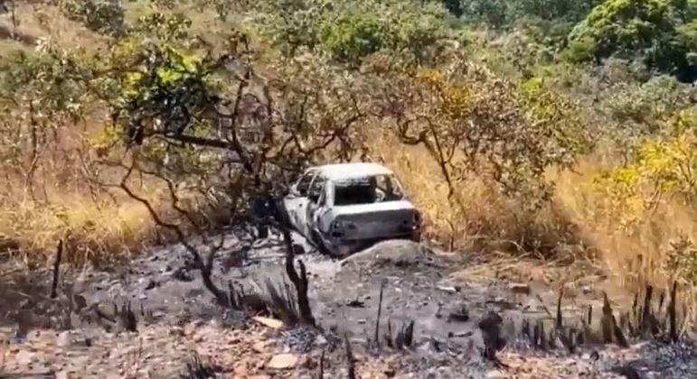 Polícia encontra carro incendiado e abandonado que pode ter sido usado por Lázaro