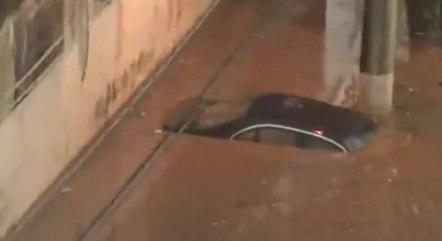 Carro coberto por lama na zona sul de São Paulo