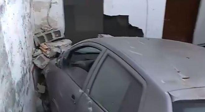 Carro destruiu o único banheiro da casa