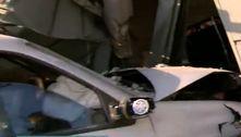 Suspeito foge após bater carro e destruir portão de uma casa em SP