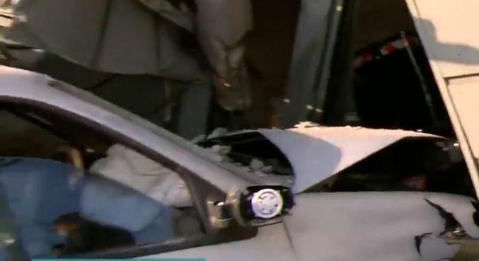 Carro invadiu uma casa na Brasilândia e portão ficou destruido