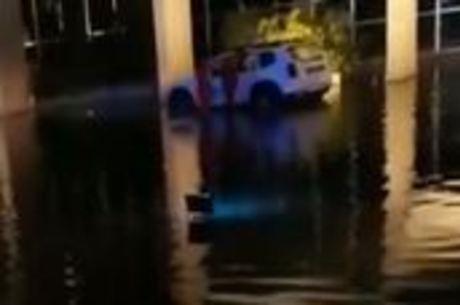 Carro lançado no espelho d'água do Ministério da Justiça