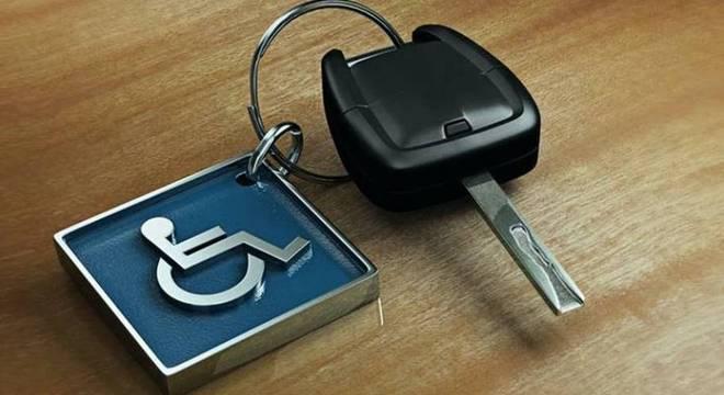 Foto da chave de um carro com um chaveiro com símbolo da acesibilidade