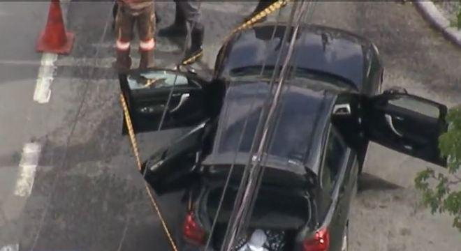 Policiais fazem buscas para encontrar suspeitos de ter atirado contra o veículo