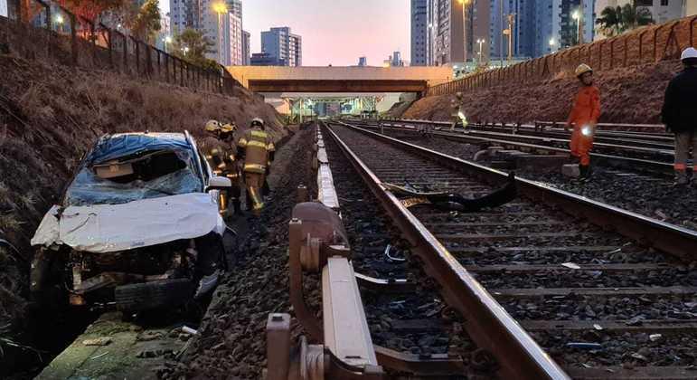 Carro invade trilhos do Metrô-DF no trecho de Águas Claras