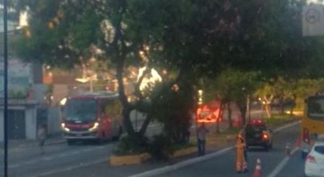 Carro bate em micro-ônibus e pega fogo na zona leste de SP