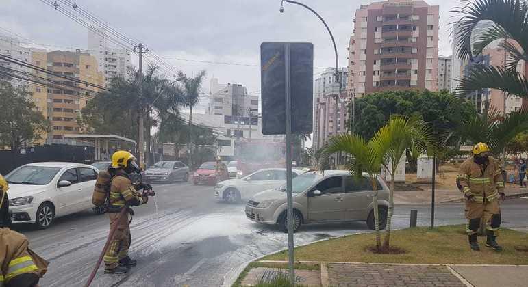 Motor do carro pegou fogo na Avenida Araucárias, em Àguas Claras (DF)