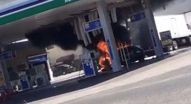 Motorista perdeu o controle e carro bateu em uma das bombas, causando o fogo