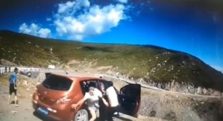 A passageira que ocupava o banco do carona não conseguiu sair e se feriu gravemente