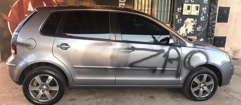 Veículo ficou manchado de tinta e pichações