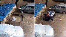 Carro desaparece em poça após ocupar vaga de estacionamento
