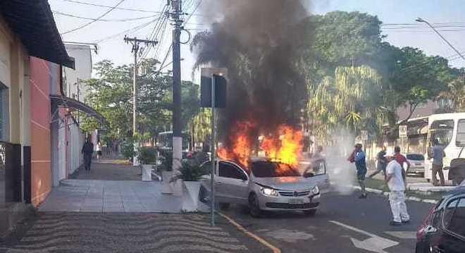 Homem ateou fogo em veículo com ex-namorada em Pirassununga