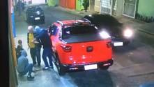 Homem é roubado ao lado do neto e suspeitos levam carro. Veja vídeo