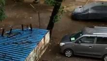 Carro é engolido por buraco em Mumbai, na Índia; assista