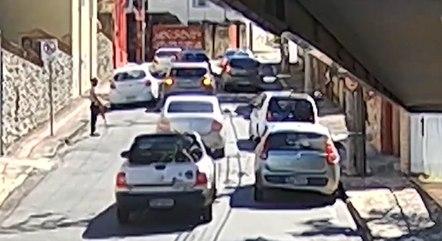 Imagem mostra carro de Nonato sendo cercado