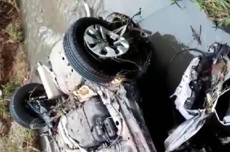 Carro foi encontrado a 1 km da ponte de onde caiu