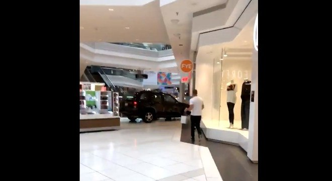 Vídeo publicado no Twitter mostra o veículo dentro do corredor do shopping