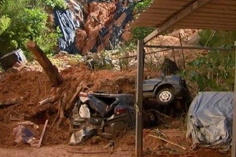 Pelo menos 5 veículos continuam soterrados