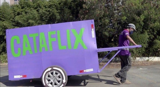 Carroça estilizada com o logo e as cores do Cataflix