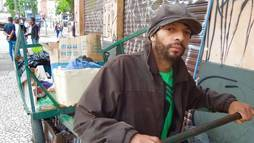 Com carroça do pai, catador trabalha pesado para faturar R$ 10 por dia em São Paulo ()