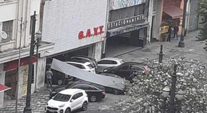 No centro de SP, porta automática para de funcionar e carros se acumulam