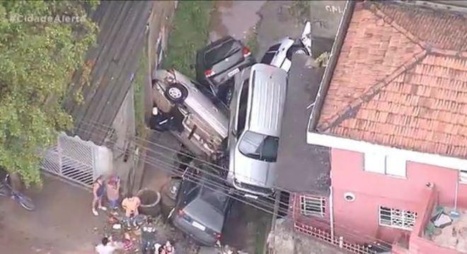 Carros empilhados no Imirim, zona norte de São Paulo